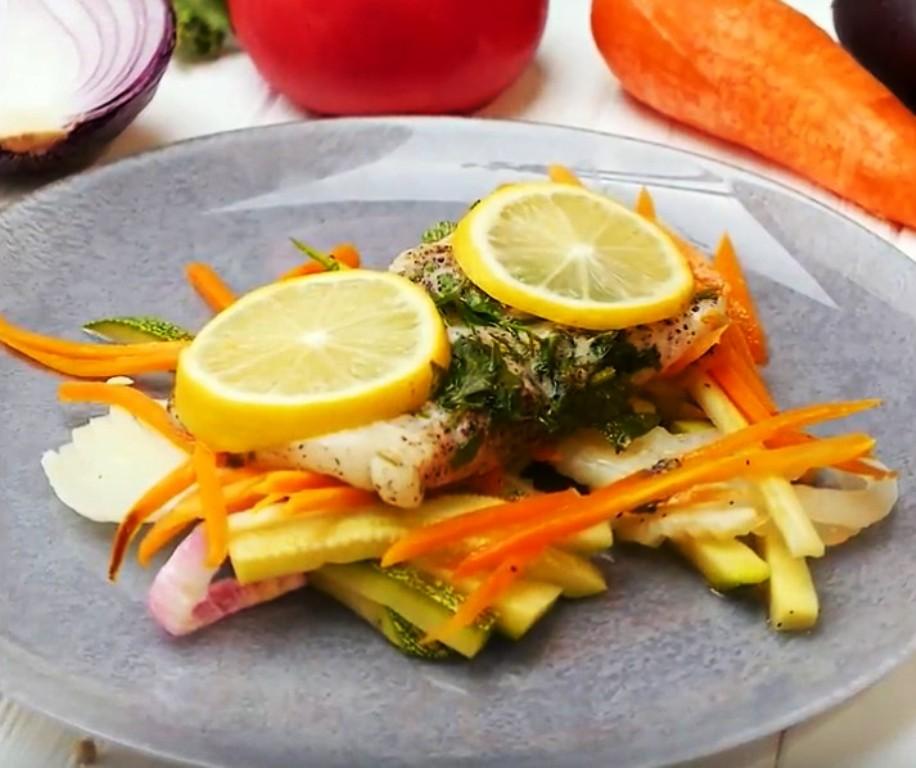 Рыба на овощной подушке и утка в яблоках